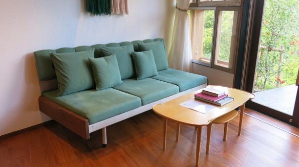 客室はいずれも基本的に同じ造り。家具は不要品の再活用だ。写真は1階の居間で、2階に寝室がある(写真:大塚千春)