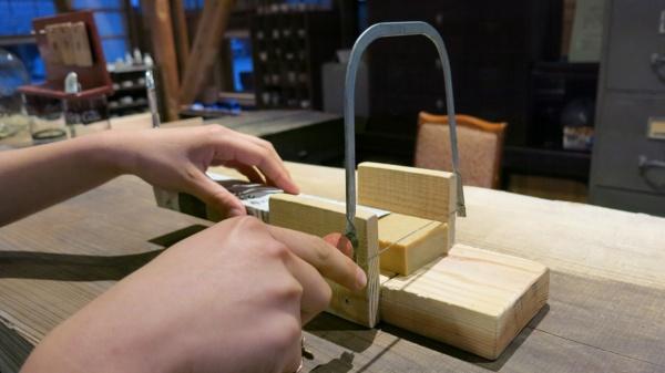 ホテルの受付では、自分が使う分だけ石鹸を切り分け部屋に持ち帰る。パッケージのない「切り売り」方式の体験ともなる(写真:大塚千春)
