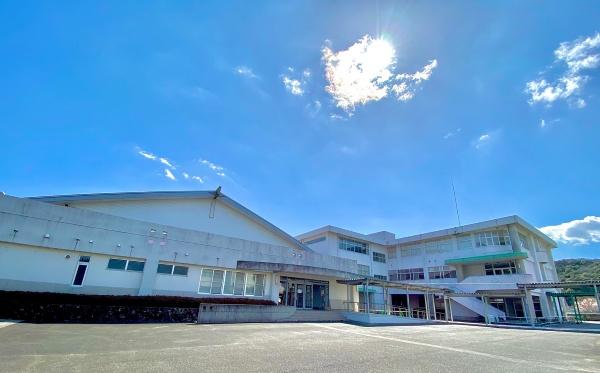 竹LABOの外観。旧小野中学校校舎をそのまま活用している(写真提供:竹LABO)