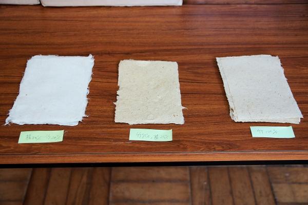 竹LABOで試作に取り組んでいる和紙のサンプル。一番右が竹繊維100%の和紙。竹繊維とコウゾの割合を変えながら和紙を作りつつ、小野地区の人々や宇部高専の学生とともに新しい活用方法を模索している。対話の中で、アクセサリーの部材として活用するアイデアなどが出ているという(写真撮影:筆者)