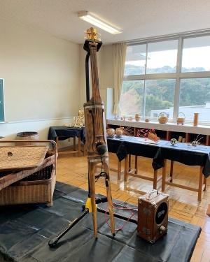 竹のミュージアムに置かれた「竹チェロ」。竹の音楽ユニットである「竹凜共振」が設計・製作した。竹LABOでは2021年度内にも竹チェロ製作のワークショップを開始する予定という(写真撮影:筆者)