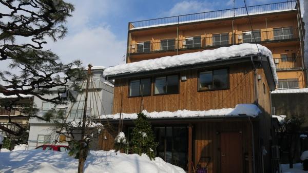 2021年1月に訪れた長岡市の一軒家シェアスペース「ひらく」(写真手前)(写真:大塚 千春)