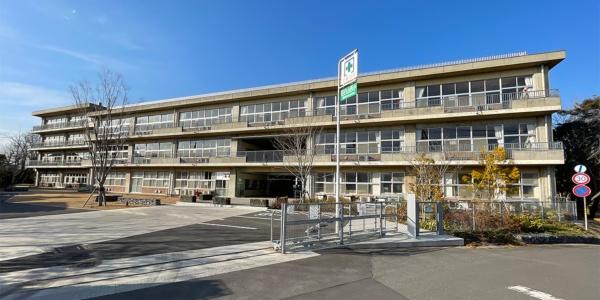 取手市立白山西小学校を活用した「ICI総合センターICIキャンプ」。右の3階建てが「東の校舎」、左の4階建てが「西の校舎」(写真:日経BP 総合研究所)