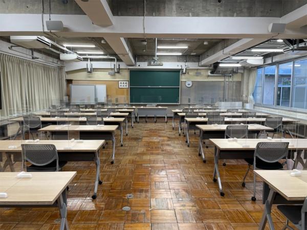 かつての教室を利用した研修室。床の木製タイル、黒板、壁に掛かった額など、以前使っていた要素をそのまま利用している(写真:日経BP 総合研究所)
