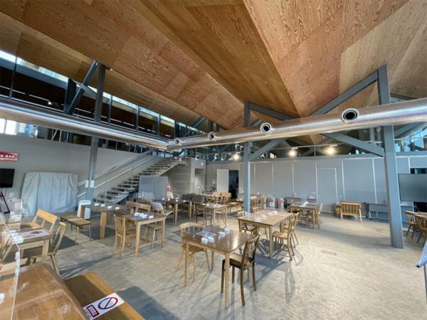 LVLの折板屋根で覆った「木のえんがわ」のレストラン。右奥に見えるパーティションの向こうにセミナールームが続く(写真:日経BP 総合研究所)