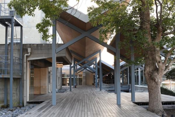東西の校舎(左)と木のえんがわ(右)の間に設けた木製デッキの半屋外空間(写真:日経BP 総合研究所)