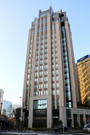 スタイリッシュな17階建てのホテル。甲州街道沿いにメインエントランスが、公園通り沿いにパーキング兼用のエントランスがある