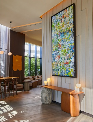 キンプトンの創業の想い「Welcome home」にちなんで、さまざまな国の言葉で表現された猪本大介さんの作品「OKAERI」。1階ロビーにあり、ホテルに入るたび「おかえり」と迎えてくれる(写真提供:キンプトン新宿東京)