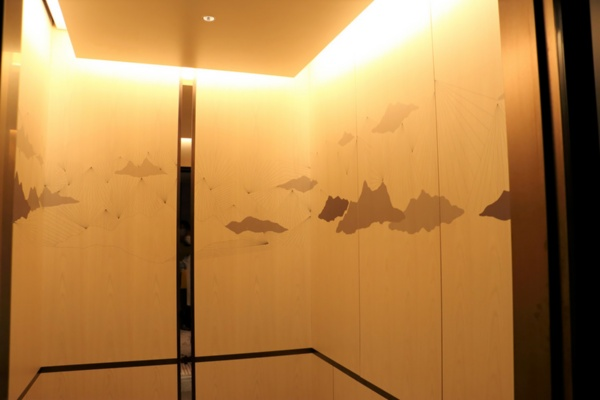 客室へ向かうエレベーター。扉が開くとそこにもアートが。ホテルの前を走る甲州街道が、やがて山梨にたどり着くことに着想を得て、山脈をモチーフに描かれたものだ