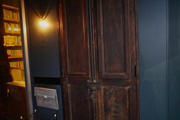 ドアには鍵がかかっており、鍵を開けるためのキーを借りる必要がある(写真:ひみつの合同会社)