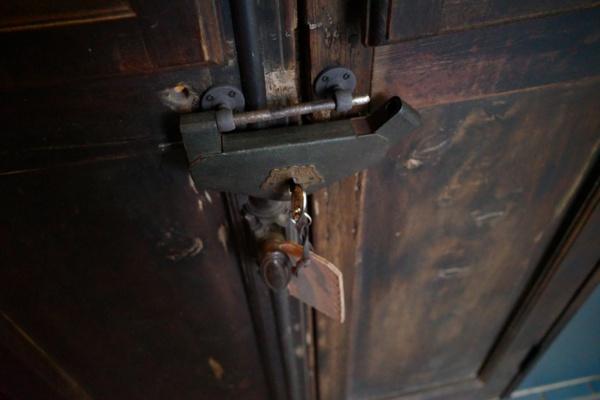 借りてきたキーで解錠する(写真:ひみつの合同会社)