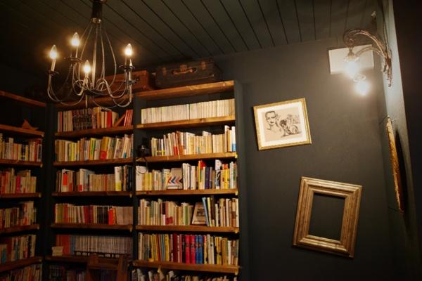 店内には本のほかに絵画なども飾ってある(写真:ひみつの合同会社)