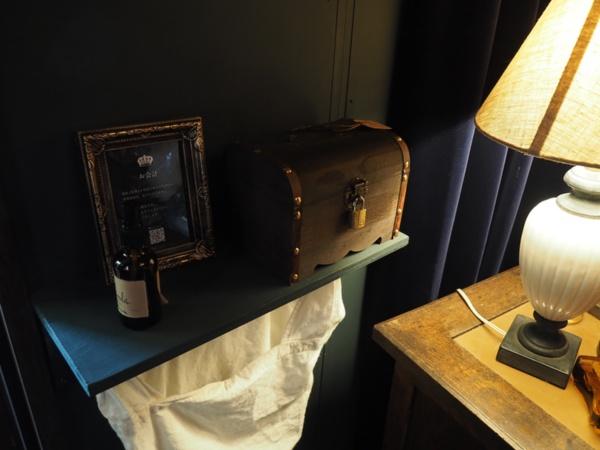 ドアの横にある会計用の箱。本を購入した場合、代金をこの箱に入れる(写真:編集部)