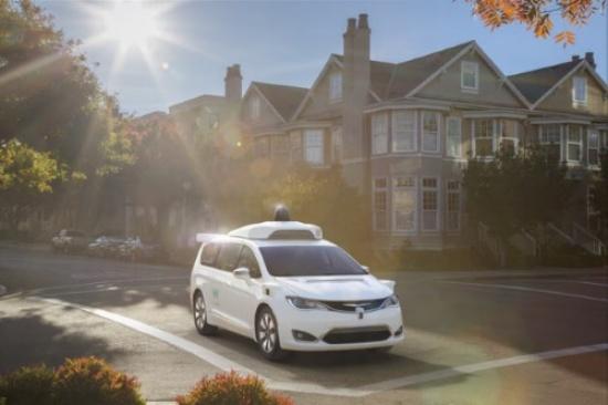 Waymoが開発した自動運転技術を実装したFCAのミニバン「Chrysler Pacifica Hybrid」(写真:FCA US)