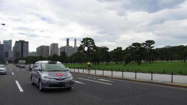 実証実験で都内の公道を走行中の自動運転タクシー(出所:日の丸交通)