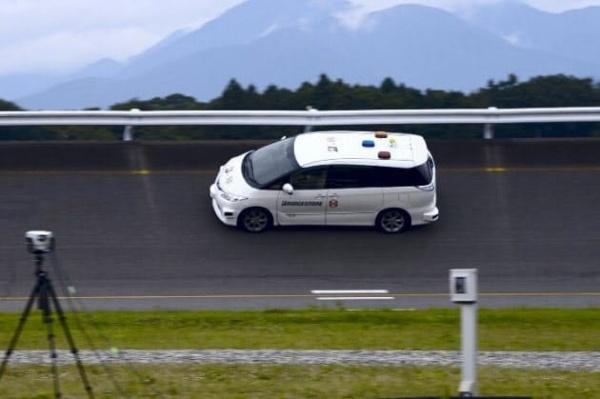 ブリヂストンのテストコースを走行するZMPの自動運転車(出所:ZMP)