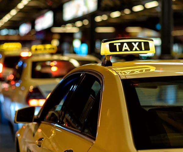 世界で始まるレベル4実用化、ロボタクシーが公道走る