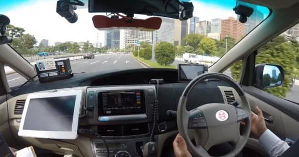 大手町─六本木間を走行する自動運転タクシーの様子。安全性を確保するためにドライバーが同乗している(出所:ZMP)
