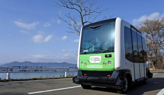 (写真1)秋田県仙北市の公道を走行するロボットシャトル