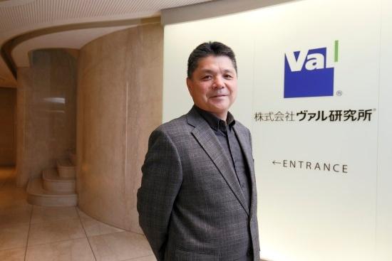 太田信夫(おおた・のぶお)氏。1963年生まれ。1986年日本大学農獣医学部(現在の生物資源科学部)卒業後、水産食品加工会社に入社。87年ヴァル研究所入社、パソコン(MS-DOS)のデータベースソフト「ファラオ」「ナイル」の店舗およびSI営業担当。99年営業チームのリーダ就任、「駅すぱあと」の販売チーム統括。2014年取締役就任、法人向け営業・開発部門統括。15年9月代表取締役就任
