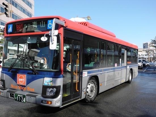 (写真2)BRT萬代橋ラインには従来の車両にBRTのロゴを付けたものも混じる。運賃はどの車両も共通。新潟駅周辺の100円区間を除き、運行区間内は一律210円だ(写真:茂木俊輔)