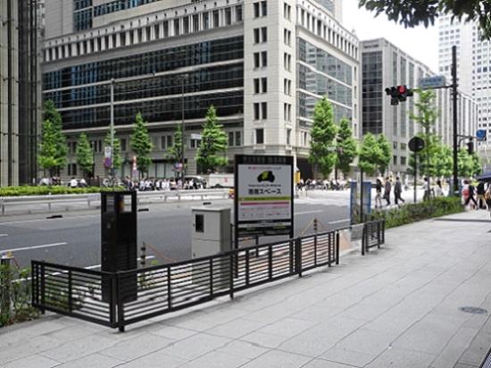 (写真1)大手町のステーションは円滑な出入りを可能にするように歩道の一部を台形に切り欠いた。ステーションと車道との間には、車道からクルマが誤侵入するのを防ぐ電動昇降型のライジングボラードを設置する(写真:茂木俊輔)