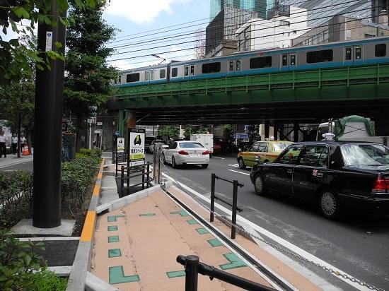 (写真2)新橋のステーションは大手町と違って車道側にせり出させる造り。車道との間はチェーンゲートで仕切る。ただそのほかは、大手町と共通だ。車道との間に縁石を埋め込み、ステーション部分を着色し、車道との違いを強調する(写真:茂木俊輔)