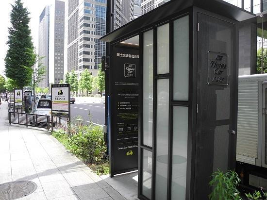 (写真4)大手町のステーションに設置されている無人入会機。この機器を用いれば、入会手続きを24時間いつでも済ませることができる。情報入力、カード情報登録、オペレーター接続、会員カード登録、という手順で最短10分という(写真:茂木俊輔)