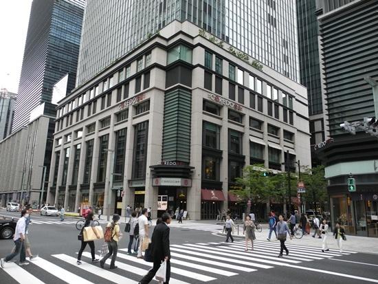 (写真1) 東京・日本橋の商業施設「COREDO(コレド)室町1」。上層階にはオフィスが入居する。右奥には「COREDO室町2」が、右手前には「COREDO室町3」が立地する(写真:茂木俊輔)