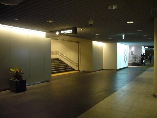 (写真1)札幌市の地下歩行空間「チ・カ・ホ」は、市営地下鉄さっぽろ駅と大通駅を結ぶ約520mのスタイリッシュな造り。道路法上は歩行者専用道路に該当する(画像提供:札幌市)
