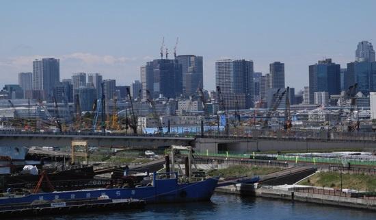 (写真1)東京・晴海の選手村地区では、基盤整備の工事が進む。手前に見える橋は、築地市場の移転問題でいまだ開通の見通しが立たない環状2号線(写真:茂木俊輔)