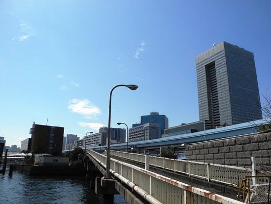 (写真1)竹芝小型船発着所側から見た小型船ターミナル整備予定地。右手に架かる歩行者専用の橋を、耐震改修工事によって通行可能にする(写真:茂木俊輔)