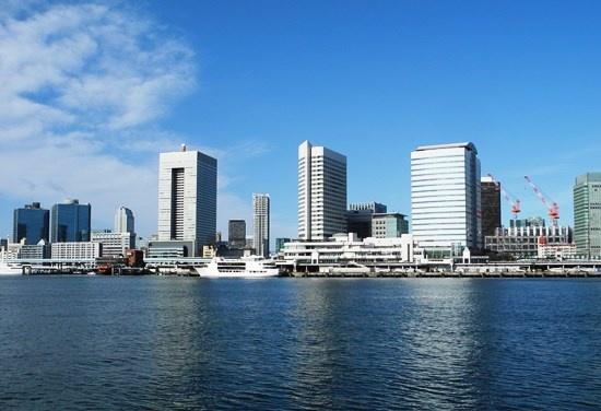 (写真2)海側から浜松町を望む。左端のツインタワーは、シーバンス。少し間を置いて、浜松町ビルディング。右手、建設中のビルが、前編で取り上げた「(仮称)竹芝地区開発計画」の業務棟。それらの間にそびえる2棟のビルは、竹芝ふ頭の再開発で1990年代に完成した賃貸オフィスビルとホテル(写真:茂木俊輔)