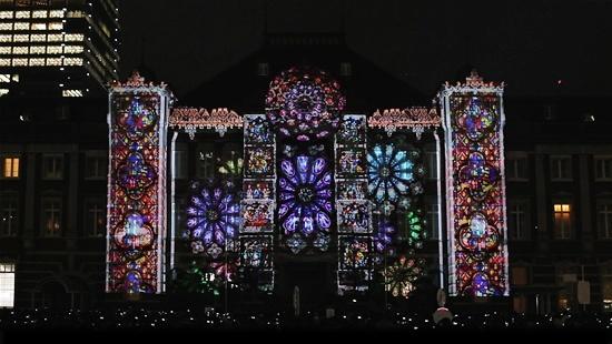 (写真1)東京駅丸の内駅舎のプロジェクションマッピングによる映像ショーとして話題になった「TOKYO HIKARI VISION」。東京・丸の内エリアを会場に2012年12月に開催された「東京ミチテラス2012」の一環として実施されたⓒ東京ミチテラス2012実行委員会
