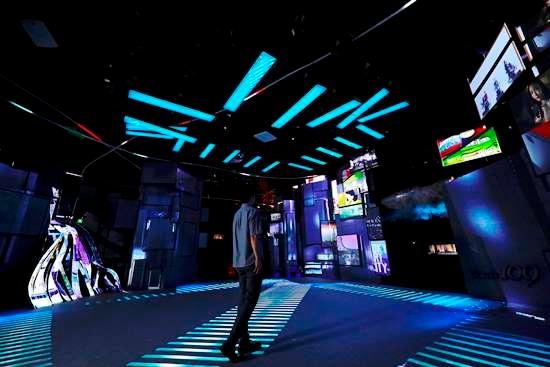 (写真2)東京ドームシティ「Gallery AaMo(ギャラリーアーモ)」で2017年6月から9月まで開催した「TOKYO ART CITY by NAKED」。写真は渋谷のスクランブル交差点を表現したもの。2018年は台北市内で6月から9月まで開催する予定ⓒ2017 NAKED Inc.