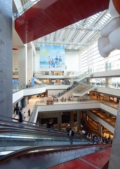 (写真2)クイーンズスクエア横浜の内部を上下に貫くステーションコア。地下にあるみなとみらい線みなとみらい駅と外に広がるみなとみらい21地区のまちは、この吹き抜け空間を介して結ばれる。ステーションコアからは、地下のプラットホーム階を見下ろせる造り(写真:エスエス・島尾望、画像提供:日建設計)