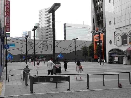 (写真1)計画地はいま、体験型エンターテインメント施設「VR ZONE Shinjuku」として暫定利用中。手前に広がるのが、シネシティ広場(写真:茂木俊輔)