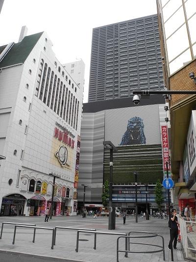 (写真2)シネシティ広場を計画地側から見る。正面にそびえるのが、ホテルグレイスリー新宿。広場は四周を建物に囲まれた独特の空間を持つ(写真:茂木俊輔)