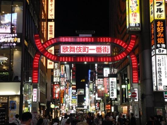 (写真3)歌舞伎町への来街者は夜になるとがぜん多くなる。車両の進入が禁止されているため、道路いっぱいに人があふれ、それがまたにぎわいを生む(写真:茂木俊輔)