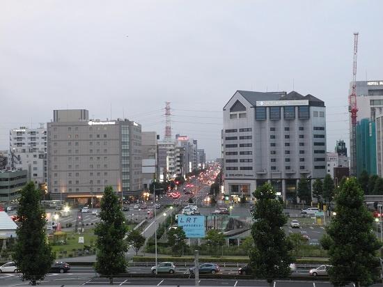 (写真1)JR宇都宮駅東口。ビル群の手前、駐車場として暫定利用されている部分を含む一帯約2.6haの区域が、整備事業の対象エリアにあたる(写真:茂木俊輔)