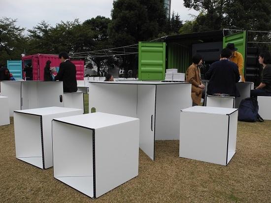 (写真4)組み合わせるとテーブルとして、折り畳むといすとして使うことができる「モジュール」も、同じ三者の共同開発。素材には川上産業のプラパールを用いる(写真:茂木俊輔)