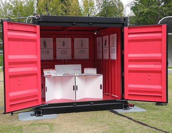 (写真7)コンテナの一つはこの日、展示用のギャラリーとして活用された。特定非営利活動法人両育わーるどが、障害や疾患を疑似体験できるツール「THINK BOX」などを展示。このツールを用いたワークショップも実施した(写真:茂木俊輔)