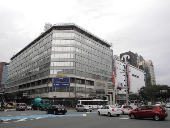 (写真2)天神地区を東西南北に貫く明治通りと渡辺通りの交差点に立つ福岡ビル。西日本鉄道ではこのビルを含む一帯で再開発事業に乗り出す。高さが100m近い、オフィス、商業、ホテルの複合ビルを、2024年春の開業を目指し建設する計画だ(写真:茂木俊輔)