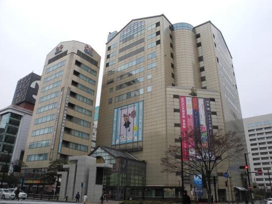(写真3)2021年度内に営業を終える商業施設「INTER MEDIA STATION(イムズ)」。右手の奥が市庁舎。左手、細長いビルの隣が、福岡ビルとともに再開発される天神コアビル(写真:茂木俊輔)