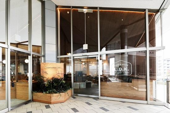 (写真1)「CAFÉ & SPACE L.D.K.」のエントランス。右手がカフェへの、左手がワークスペースへの入り口。コンビニエンスストアや医療機関などが入居する駅前商業施設「小田急マルシェ」の2階に開設された(画像提供:小田急不動産)