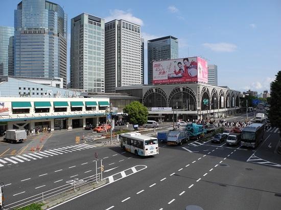 (写真1)品川駅西口。駅前広場に沿って走る幹線道路が、国道15号。この上に人工地盤を整備する。駅の背後にそびえるのは、港南口(東口)のオフィスビル群(写真:茂木俊輔)
