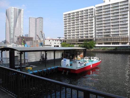 (写真1)朝潮運河船着場。船は手前と奥の2カ所に停泊できる。写真の船は定員45人。船着き場の向こうは勝どきエリアで、再開発プロジェクトが現在進められている(写真:茂木俊輔)