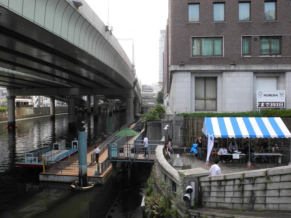 (写真2)日本橋船着場。この船着き場では船は写真の位置にしか停泊できない。予定より早めに到着した場合、停泊中の船が定刻通りに出発するのを待たなければならないこともある(写真:茂木俊輔)