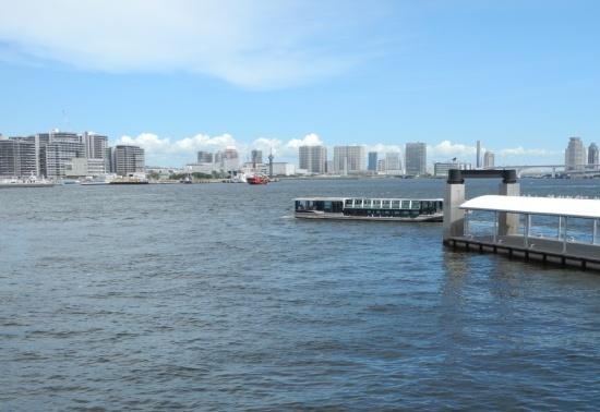 (写真3)日の出ふ頭に8月に開設された小型船ターミナル「Hi-NODE」から有明・豊洲・晴海方向を望む。右手は「Hi-NODE」の前面水域に東京都が整備した桟橋。左手に見える建設中の高層マンション群が「HARUMI FLAG」(写真:茂木俊輔)