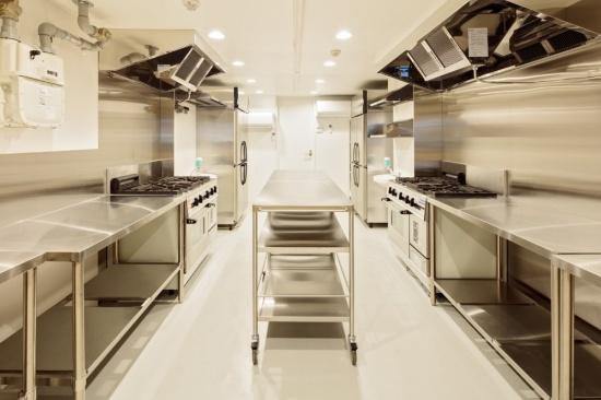 (写真3)「コマワリキッチン」のキッチン設備。業務用3口ガスコンロ&コンベクションオーブンや冷凍冷蔵庫を2セットそろえる。利用者の不安を払しょくするため、ボウルなどの備品に対する要望にも可能な限り応えるようにしているという(画像提供:ジェクトワン)